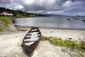 Islay, Scotland. An Abandoned Canoe By A Beach — Stock Photo