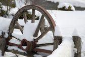 白雪覆盖的木制马车 — 图库照片