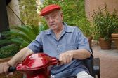 Bir motorlu scooter adam — Stok fotoğraf