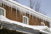Icicles Hanging Off Rain Gutters — Stockfoto