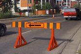 Barrikadera med en omväg pil på den — Stockfoto