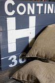 麻袋堆在前面的木箱 — 图库照片