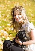 犬を持つ女性 — ストック写真