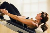 Kobieta robi ćwiczenia brzucha — Zdjęcie stockowe
