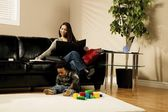 Una donna che lavora a casa — Foto Stock