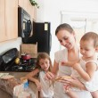 Mother Making A Sandwich For Her Girls — Foto Stock