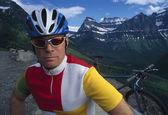 Mountain Biker With Mountain Range Backdrop — Stok fotoğraf