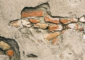 Сломанные стены выявление кирпичи под цементной облицовке — Стоковое фото