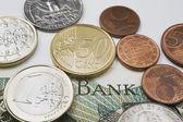 美国和欧元硬币在一外国货币面值的纸币 — 图库照片