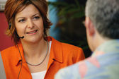 Leende operatör kommunicera med klienten — Stockfoto