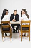 Adam masada karşılıklı oturan iki kadın — Stok fotoğraf