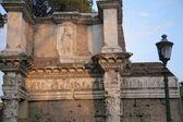 Romeinse ruïnes met moderne standbeeld — Zdjęcie stockowe