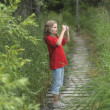 Young Girl On Pathway Taking A Picture, Lake Of The Woods, Ontario, Canada — Stock fotografie