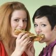 Two Women Eating Pizza — ストック写真