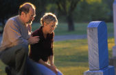 Couple Visiting Grave — Stock Photo