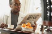 śniadanie z gazety — Zdjęcie stockowe