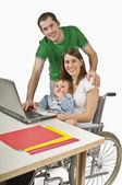 Rodzice i ich opiekunki na laptopie — Zdjęcie stockowe