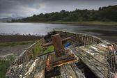 Bateau ancien, patiné sur la rive — Photo