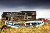 Dilapidated Boathouse And Boat, Beadnell, Northumberland, England — Stock fotografie