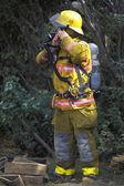 Brandman att sätta på utrustning — 图库照片