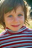 Niña sonriente en la luz del sol — Foto de Stock