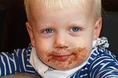 Comendo croissant menino — Foto Stock