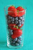 Jordgubbar och blåbär i ett högt glas — Stockfoto