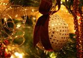Ornement de noël or suspendu à l'arbre — Photo