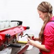 Waitress making cappuccino at coffee machine — Stock fotografie