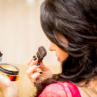 Woman doing makeup — ストック写真