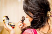 Woman doing makeup — 图库照片