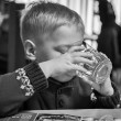 Foto Stock: Boy drinking water