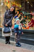 Madre e suo figlio piccolo vicino al negozio — Foto Stock