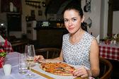 Girl eats pizza — Stock Photo