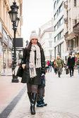Madre e suo figlio camminare in città — Foto Stock