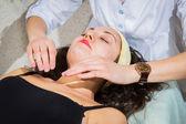 Mujer joven recibiendo tratamiento en el spa — Foto de Stock