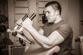 Man training in the gym — Stockfoto