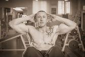 ジムでの運動の男 — ストック写真