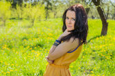Brunetka w ogrodzie — Zdjęcie stockowe