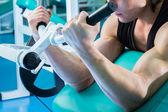 Fisiculturista fazendo exercícios — Fotografia Stock