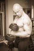 Hombre haciendo ejercicios con mancuernas — Foto de Stock
