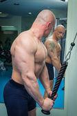 Man tränar i gymmet — Stockfoto