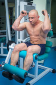 Hombre de entrenamiento en el gimnasio — Foto de Stock
