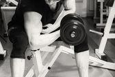 Mężczyzna pracujący z hantlami w siłowni — Zdjęcie stockowe