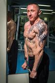 Man in de sportschool — Stockfoto