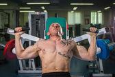 Homem no ginásio — Foto Stock