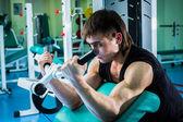 Mann training in der turnhalle — Stockfoto