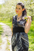 Kobieta na tle wiosna — Zdjęcie stockowe