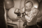 Man with tattoo boxing — Zdjęcie stockowe