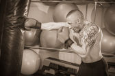 Man with tattoo boxing — Stockfoto